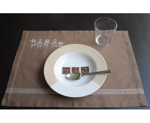 Set de table beige ribambelle d 39 enfants for Set de table plastifie personnalise