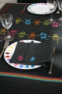 chemin-de-table-gris-anthracite-ribambelle-enfants-multicolore-situ